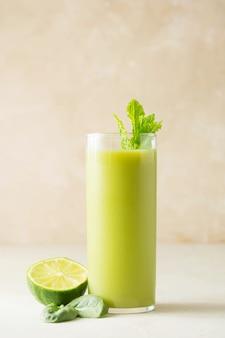 Detox grünes getränkeglas mit spinat, banane, gurke und sellerie. gesundes essen.