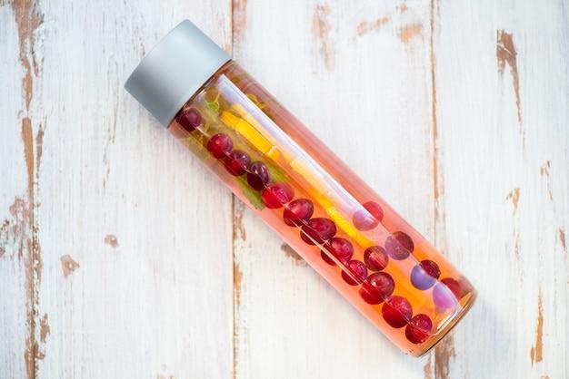 Detox infundiertes wasser mit zitrone, cranberries, ingwer und minze