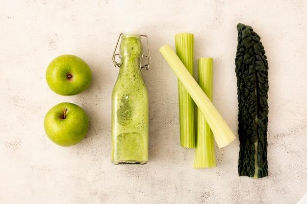 Detox smoothie mit grünen äpfeln und grünkohlblättern. entgiftung, diät, sauberes essen.