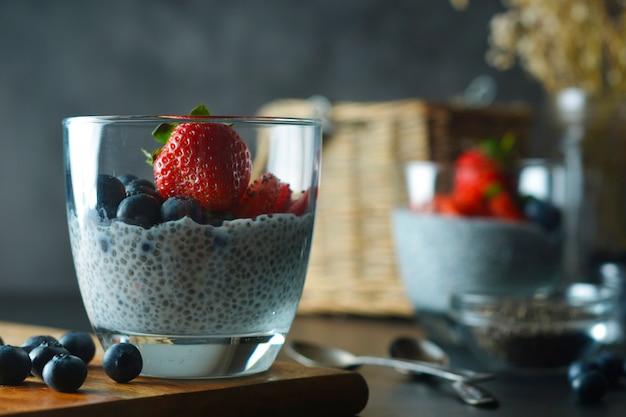 Detox und gesundes frühstück chia sät pudding mit erdbeeren und blaubeeren.