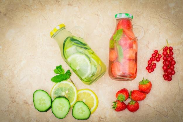 Detoxfrucht hineingegossenes wasser, selbst gemachtes cocktail des auffrischungssommers