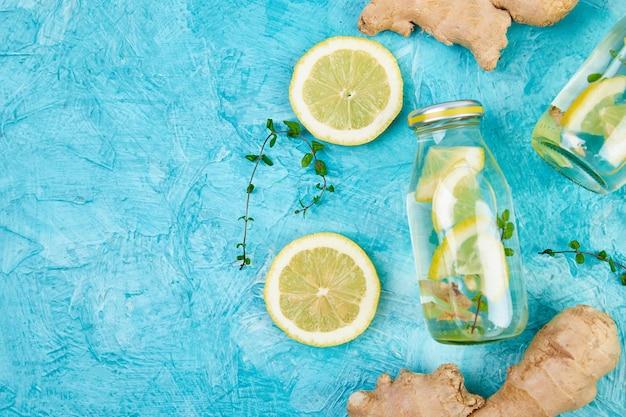 Detoxwasser in flaschen mit ingwer, zitrone und minze