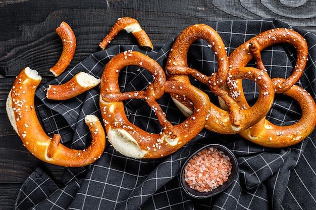 Deutsch gebackene salzbrezeln auf einem hölzernen rustikalen tisch