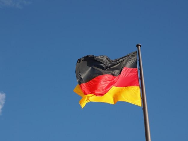 Deutsche flagge über blauem himmel