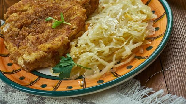 Deutsche küche, geheimes jägerschnitzel - deutsches jägerschnitzeltraditionelle verschiedene gerichte, ansicht von oben.