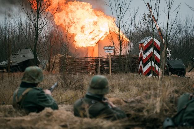 Deutsche soldaten im graben während der schlacht