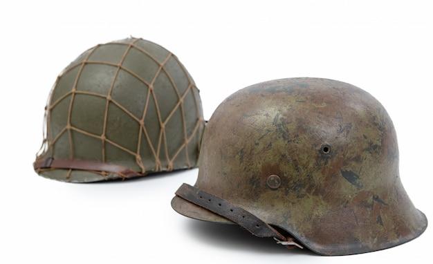 Deutsche und amerikanische militärhelme aus dem zweiten weltkrieg, schlacht um die normandie 1944