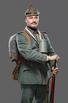 Deutscher infanterist während des ersten weltkriegs.