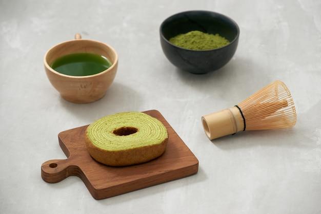 Deutscher kuchen, grüner tee baumkuchen mit latte
