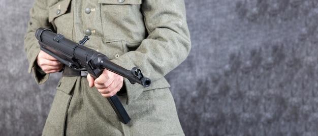 Deutscher soldat des zweiten weltkriegs mit einem maschinengewehr