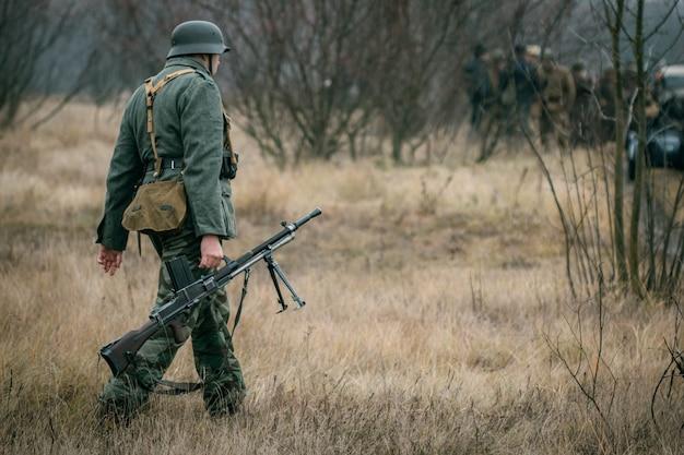Deutscher soldat mit einem maschinengewehr auf dem gebiet