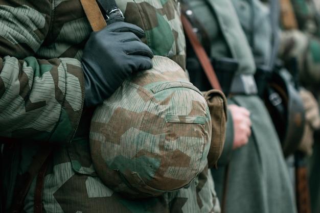 Deutscher uniformhelm eines soldaten des zweiten weltkriegs