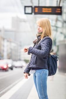 Deutsches blondes mädchen an der straßenbahnhaltestelle in bonn