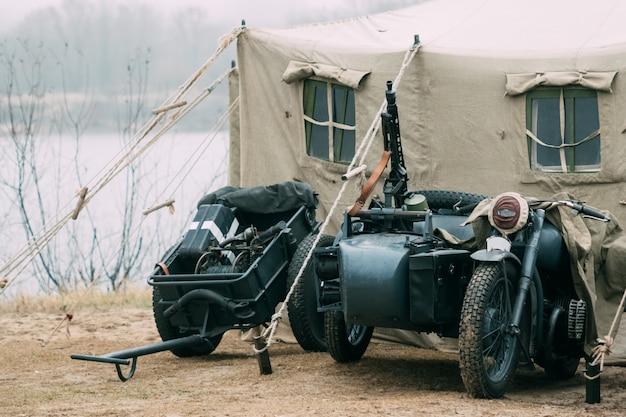 Deutsches motorrad des zweiten weltkriegs und ein infanteriewagen