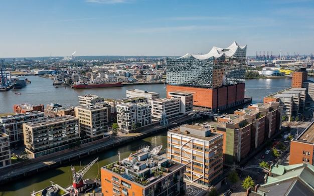Deutschland, hamburg - luftbild der elbphilharmonie gegen hafengebiet