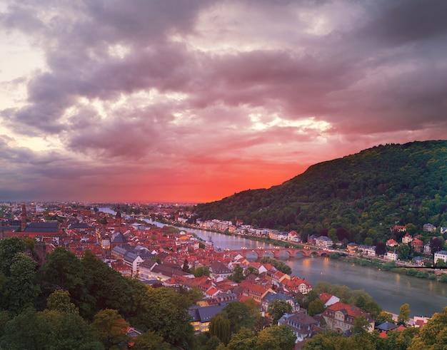 Deutschland, heidelberger altstadt auf einem sonnenuntergang, panoramabild