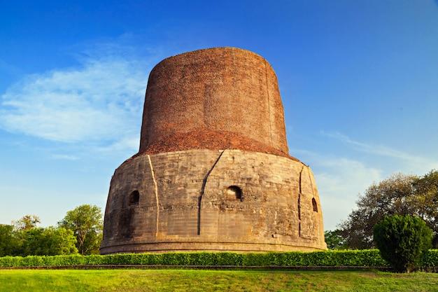 Dhamekh stupa in der nähe von varanasi in indien