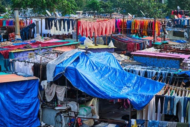 Dhobi ghat ist ein waschsalon unter freiem himmel in mumbai, indien, in dem wäsche an seilen getrocknet wird