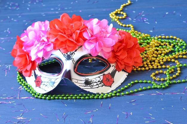 Dia de los muertos maske auf einem holztisch. halloween karneval zubehör. tag des toten maskerade-feiertagskonzepts.