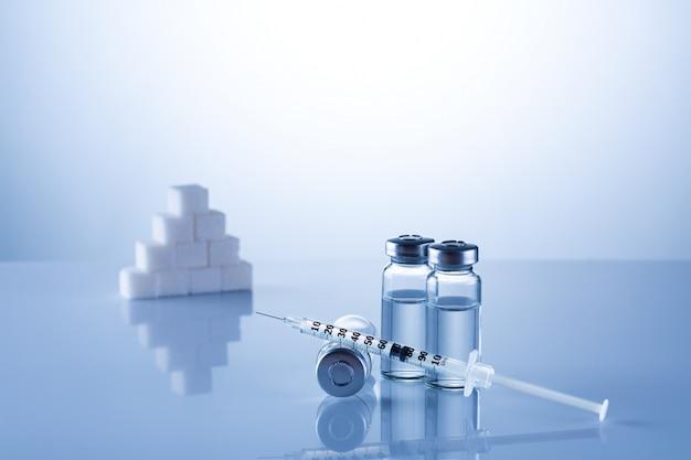 Diabetes, insulin, hoher blutzucker, hyperglykämie. ampullen, fläschchen, spritze. medizinische injektion, krankheiten, gesundheitsversorgung. medizinischer hintergrund mit kopierraum. diabetes welttag