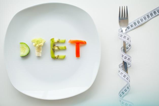 Diät, geschrieben mit gemüse in gesundes nahrungskonzept
