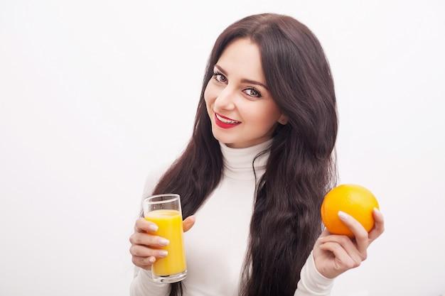 Diät, gesunde ernährung, junge frau, die frischen orangensaft trinkt