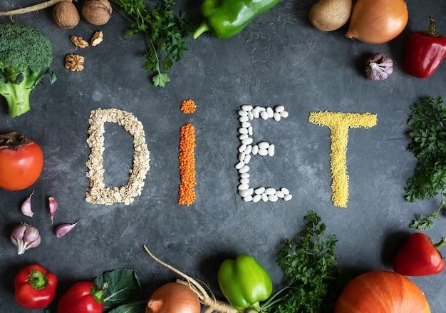 Diät gesunde ernährung mit bio-lebensmitteln auf einem dunkelgrauen marmor. gesundes essen - ansicht von oben. sauberes diätessen. gesundes ernährungskonzept. lebensstil und essen.