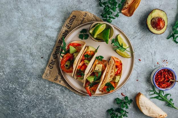 Diät gesunde tacos mit garnelen und avocado auf steinhintergrund. ansicht von oben