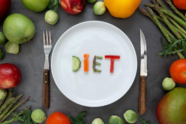 Diät-konzept. runde platte mit wort - diät - bestanden aus scheiben des verschiedenen obst und gemüse