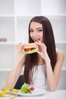 Diät, nährendes konzept, mädchen, das gesundes gegen ungesunde fertigkost wählt