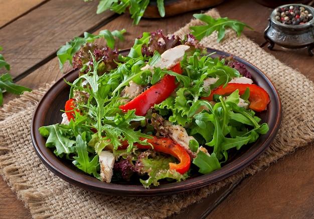 Diät-salat mit huhn, rucola und süßem rotem pfeffer