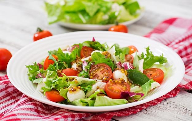 Diät-salat mit tomaten, mozzarella-salat mit honig-senf-dressing