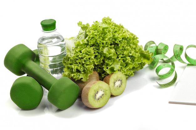 Diät und entgiftung. hanteln, kiwi wasser