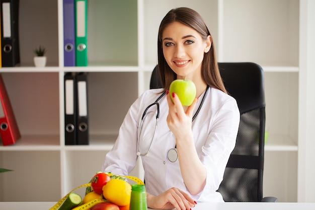 Diät und gesundes konzept. lächelnder ernährungsberater