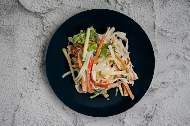 Diätetische lebensmittel, frischer gemüsesalat mit krabbenstabimitat, gewürzt mit sojasauce und japanischem sesam