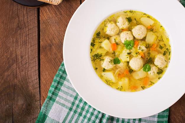 Diätetische suppe mit hühnerfleischbällchen und selleriestangen