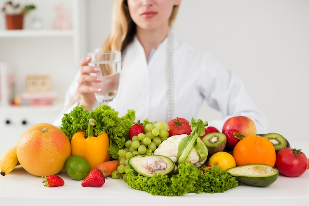 Diätkonzept mit weiblichem wissenschaftler und gesundem lebensmittel
