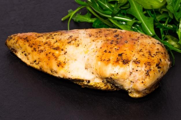 Diätküche - gegrillte hähnchenbrust mit rucolablättern.