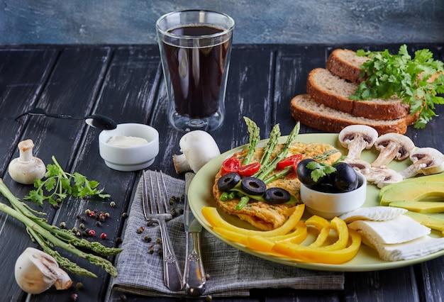 Diätmenü gesunde diät-frühstücksgemüse auf einer platte