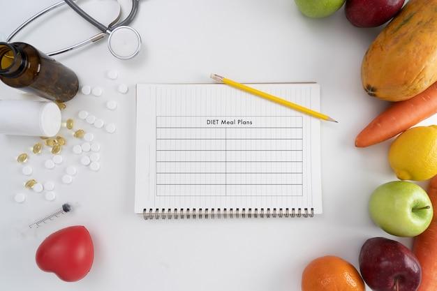 Diätplan und frisches obst und gemüse living concept