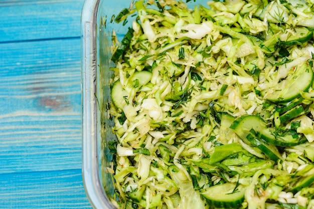 Diätsalat aus kohlgurken und gemüse. salat mit kohl und gurken und dill