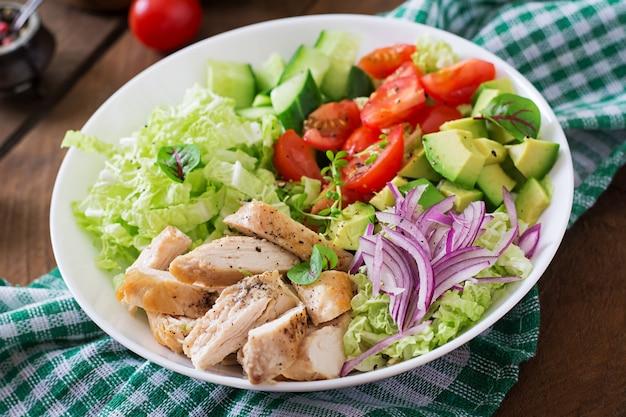 Diätsalat mit huhn, avocado, gurke, tomate und chinakohl