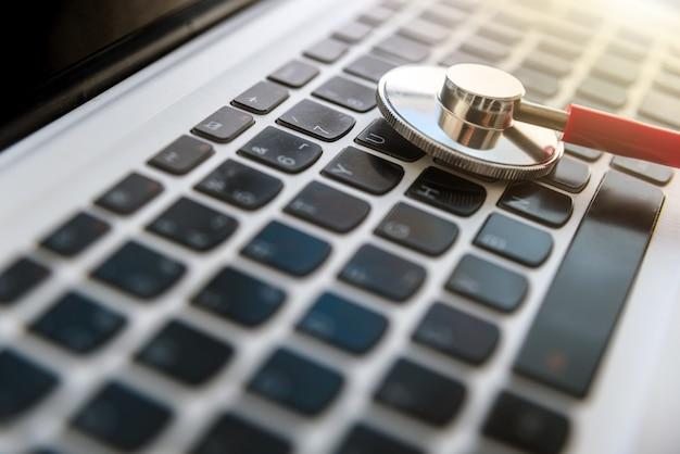 Diagnose eines virusinfizierten laptops durch einen computertechniker.