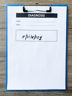 Diagnose epilepsie in medizinischer form auf dem arztpult.