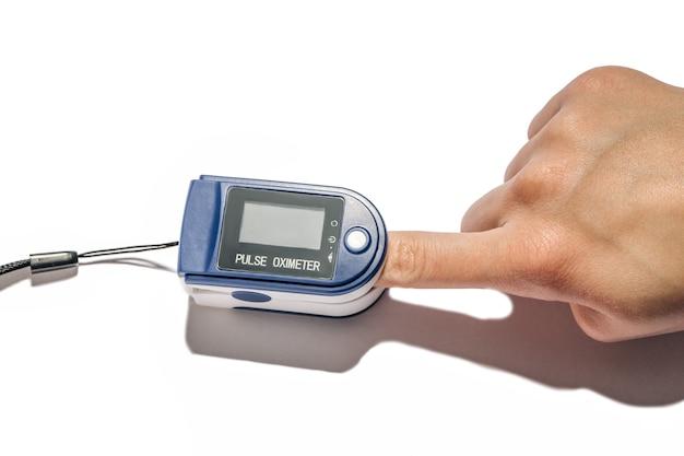 Diagnose von atemwegserkrankungen mit dem peripheren kapillarsauerstoffsättigungsmessgerät spo2 zur abschätzung des sauerstoffgehalts im blut. finger in einem pulsoximeter isoliert.