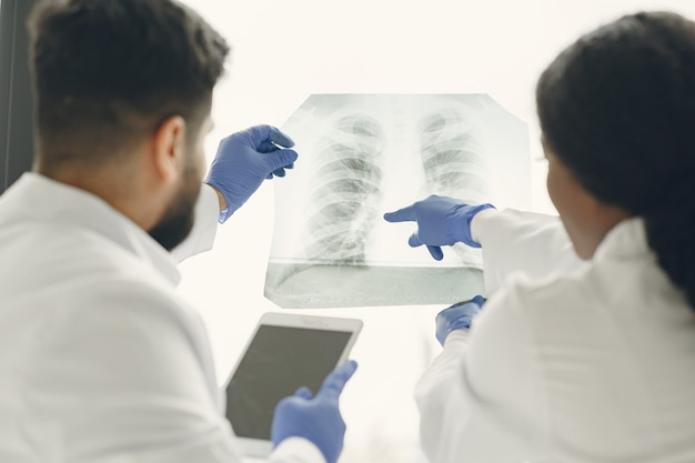 Diagnose zur teamaufgabe machen. ärzte betrachten das röntgenbild des patienten.