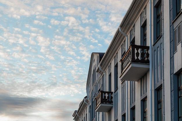 Diagonale ansicht der gebäudefassade