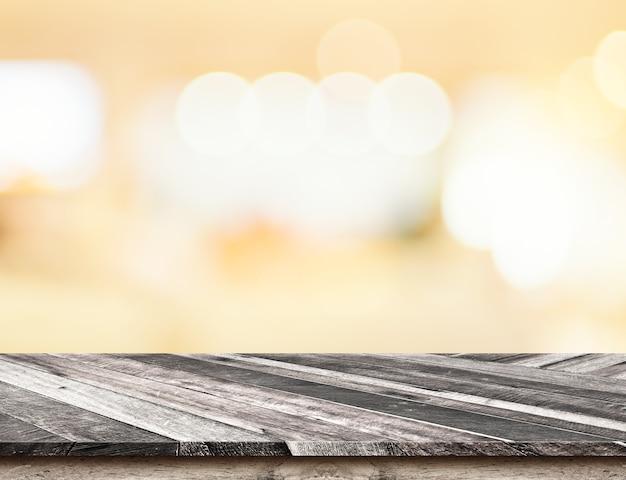 Diagonale tropische hölzerne tischplatte mit bokeh hellem hintergrund