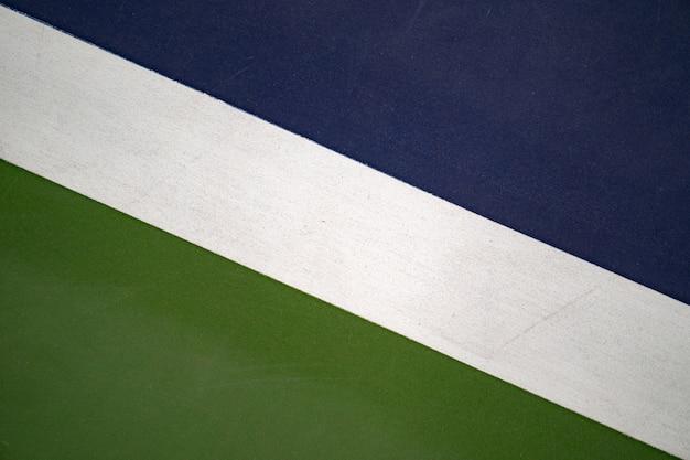 Diagonale weiße linie im blauen und grünen tennisplatz, beschaffenheit für hintergrund