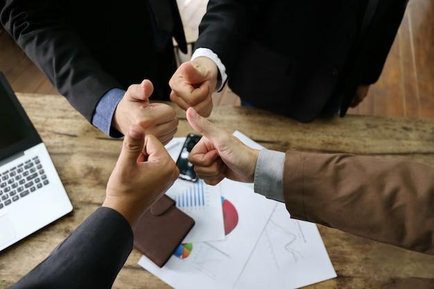 Diagrammdokument auf tabelle und teamwork join hands partnership concept-abdeckung oben
